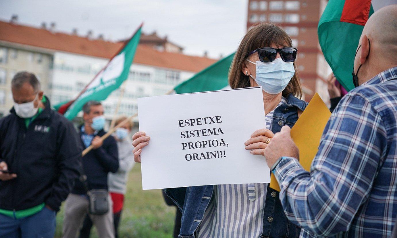 ELAren protesta, atzo, mahai sektorialaren bilera bitartean. ©ENDIKA PORTILLO / FOKU