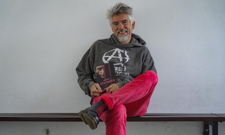 Asel Luzarraga idazlea, eskutan argitaratu berri duen <em>Uzta Garaia</em> liburuarekin. ©ARITZ LOIOLA / FOKU