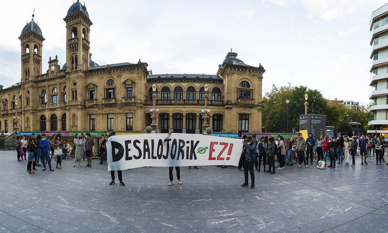 Dozenaka herritarrek protesta egin zuten atzo Donostiako udaletxean, etxe husteen aurka. ©GORKA RUBIO / FOKU
