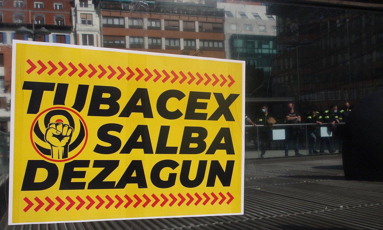 Tubacexeko langileen aldeko itsasgarri bat, Eusko Jaurlaritzaren Industria Sailaren aurrean eginiko protestaldi batean. ©AIARALDEA.EUS