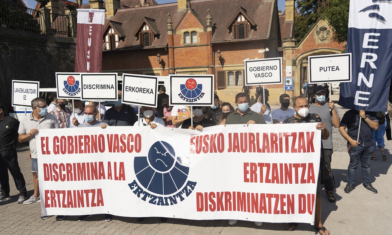 Ertzaintzaren sindikatuek abuztuan egindako protestaldia, Donostian. ©JAGOBA MANTEROLA / FOKU