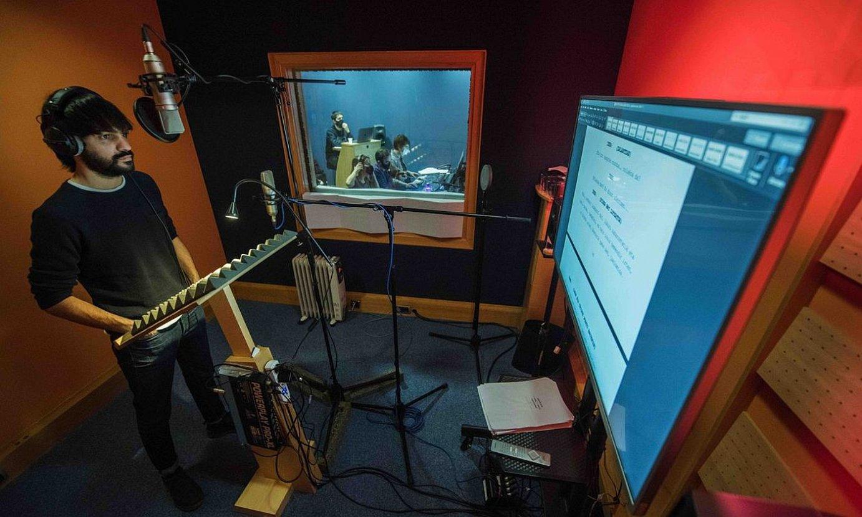 Eneko Sagardoi <em>Artxipelagoa</em> podcastaren grabaketan. Aitziber Garmendia eta Anartz Zuazua dira bertze bi protagonistak. ©ULU MEDIA