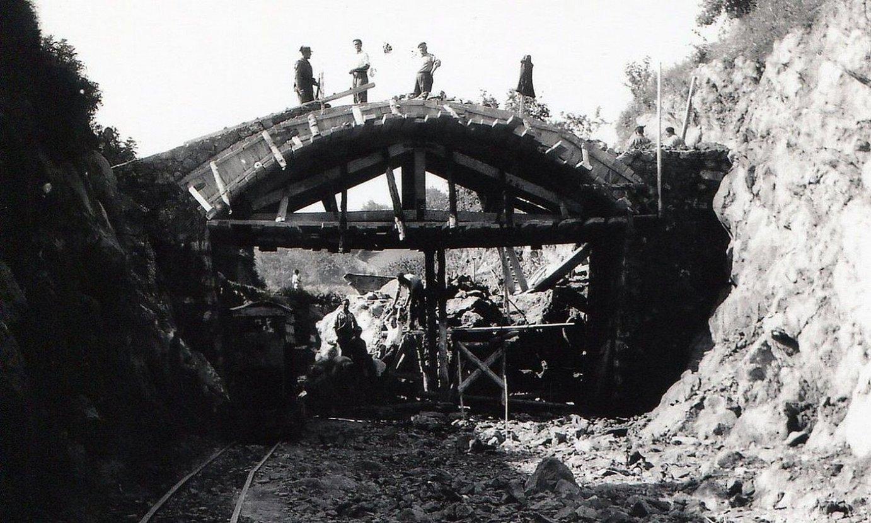 Presoak, Sukarrieta eta Bermeo arteko trenbidea eraikitzeko lanetan. ©EUSKOTREN ARTXIBOA
