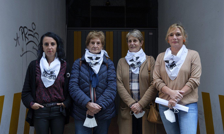 Etxerat-ek euskal presoen egoerari buruzko balantzea egiteko antolatutako agerraldia, atzo, Donostian. ©JON URBE / FOKU