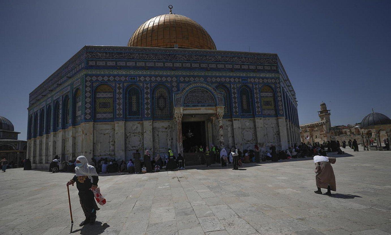 Palestinako fededun musulmanak otoitzean, Jerusalemgo Al-Aqsa meskitan. ©ATEF SAFADI / EFE