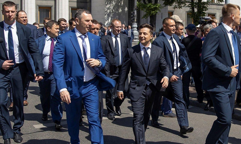 Zelenski Ukrainako presidentea —erdian, eskuinean— eta haren aholkulari Xefir —haren alboan—, iragan maiatzean. ©EFE