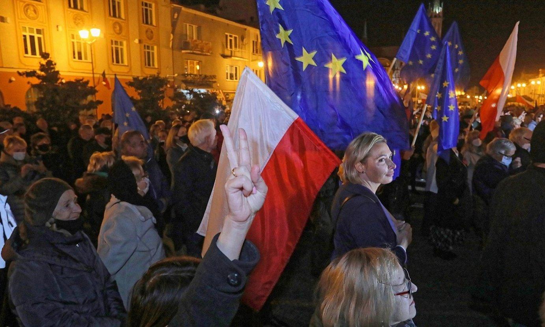 Herritar multzo bat Varsoviako Gazteluaren plazan, herenegun, Plataforma Zibikoak antolatutako manifestazioaren amaieran. ©ARTUR RESZKO / EFE