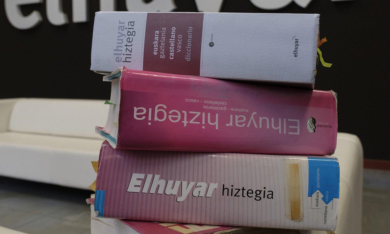 Elhuyarrek 25 urtean argitaratutako hiztegien eboluzioa. ©JON URBE / FOKU