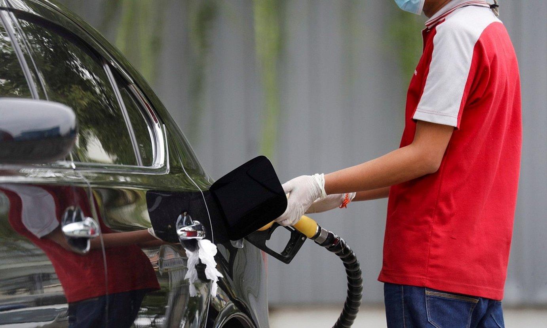 Aste honetan gasolina erosi dutenek duela urtebete baino 30 zentimo gehiago ordaindu dute litroa. ©EFE