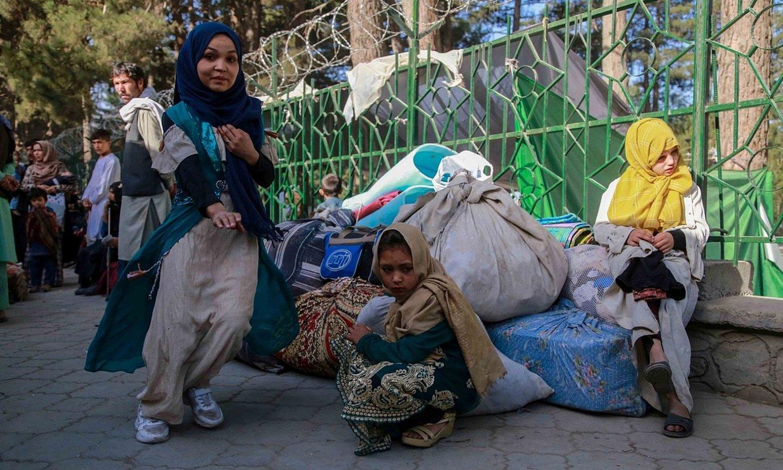 Afganistango desplazatu talde bat, tartean adingabeak direla, joan den larunbatean Kabul hiriburuan. ©EFE