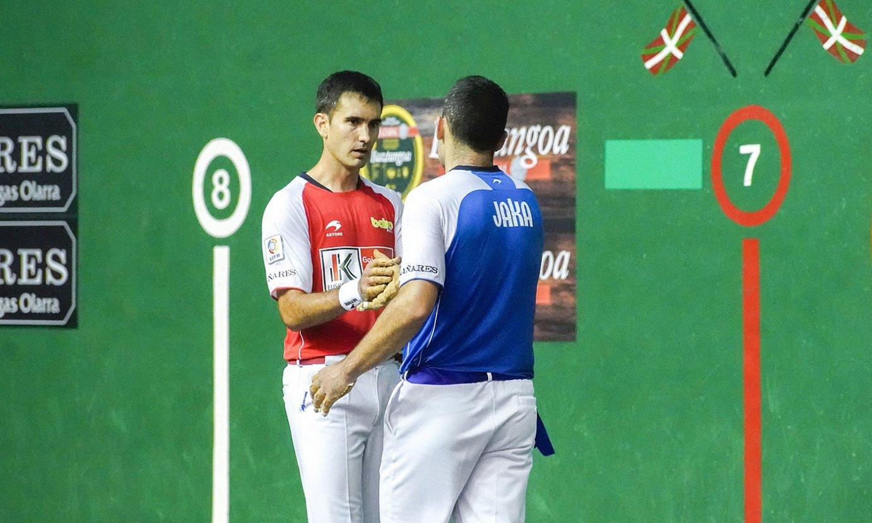 Mikel Urrutikoetxea eta Erik Jaka, elkar agurtzen, atzoko partida amaieran. ©GORKA RUBIO / FOKU