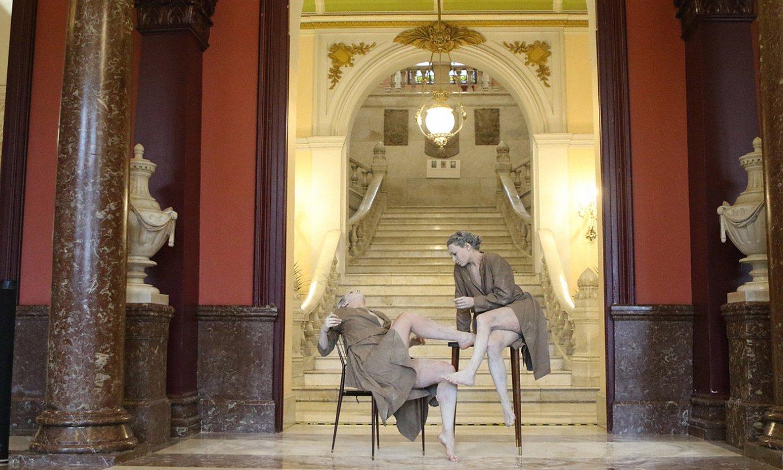 Nerea Martinez eta Natalia Garcia dantzariak, <em>Abrazo</em> piezaren zati bat eskaintzen, Bilboko udaletxeko sarreran. ©MONIKA DEL VALLE / FOKU