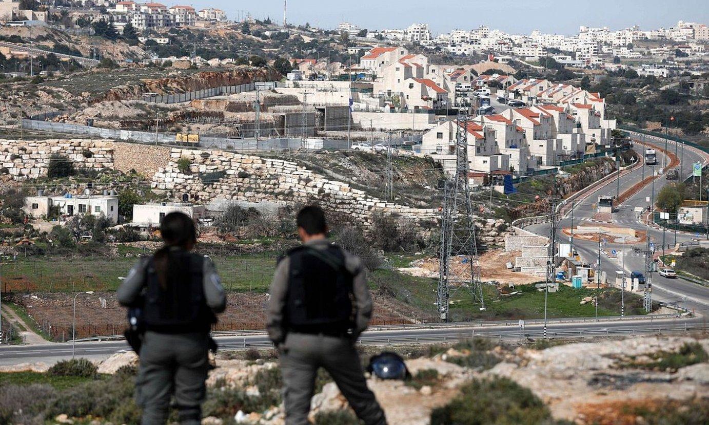 Israelgo bi soldadu, Palestinako Hebron hiriko Kiryat Arba kolonia zaintzen, artxiboko irudi batean. ©ABED AL HASHLAMOUN/EFE