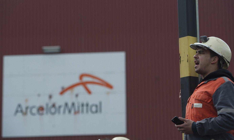Arcelor Mittaleko langile bat, Zumarragako plantaren aurrean. ©J. C. R. / FOKU