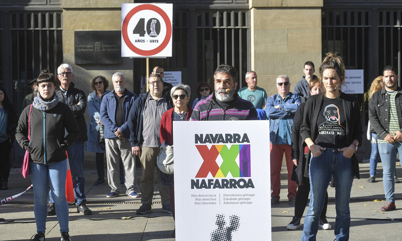 Nafarroa XXI egitasmoa babesten duten zenbait kide, atzo, Nafarroako Jauregiaren aurrean. ©IDOIA ZABALETA / FOKU