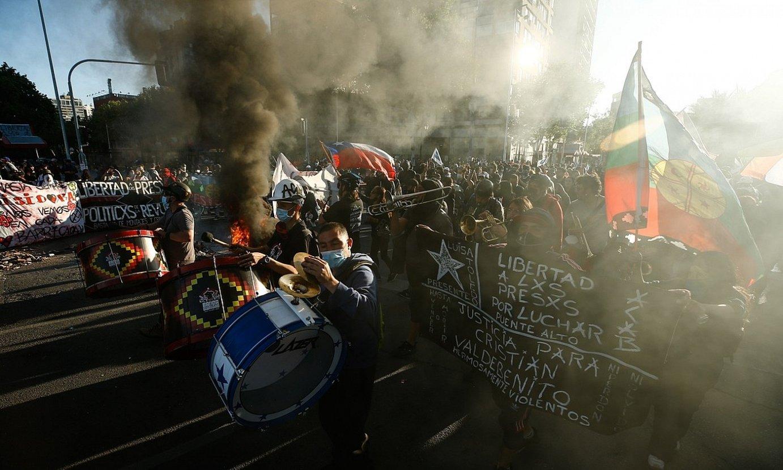 Herritar batzuk danbor batzuk jotzen, herenegun, Santiagon Txileko Gobernuaren aurka egindako protestan. ©ALBERTO VALDES / EFE