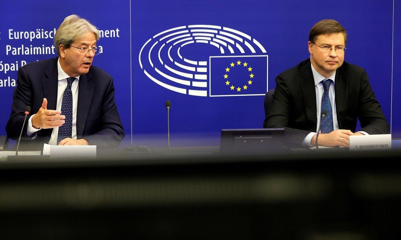 Paolo Gentiloni Europako Batzordeko Ekonomia komisarioa eta Valdis Dombrovskis lehendakariordea, atzo, Estrasburgon. ©RONALD WITTEK / EFE