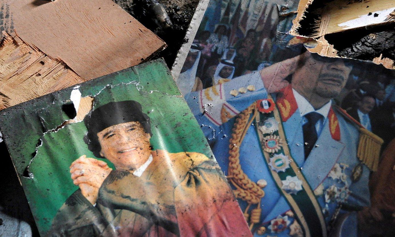 Muammar Gaddafi 1969tik 2011ra Libiako buruzagi izandakoaren argazki hautsi batzuk Naluten (Libia), 2011ko otsailean. ©CIRO FUSCO / EFE