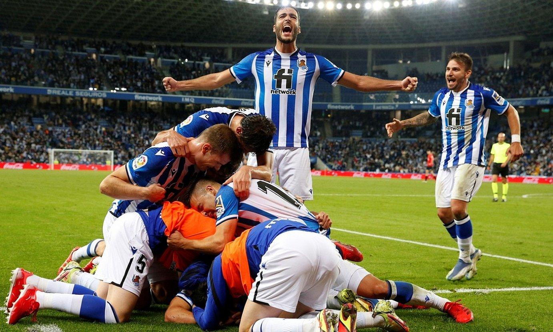 Realeko jokalariak Julen Lobetek azken unean Mallorcari sartutako gola ospatzen, joan den larunbatean, Mallorcan. ©JUAN HERRERO / EFE