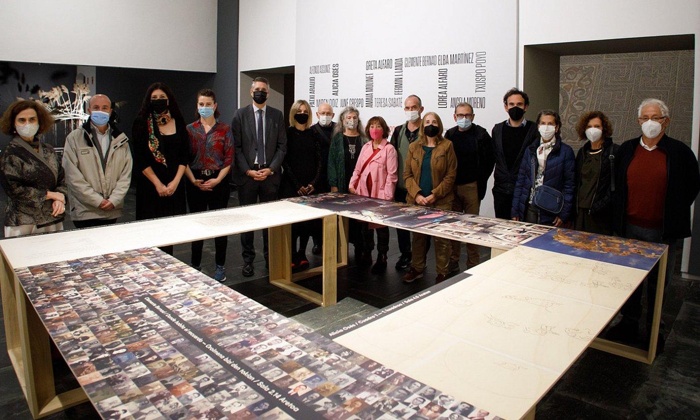Kulturako zuzendari nagusia, Nafarroako Museoko zenbait arduradun eta erakusketan parte hartzen duten artistetako batzuk, museoan. ©NAFARROAKO GOBERNUA