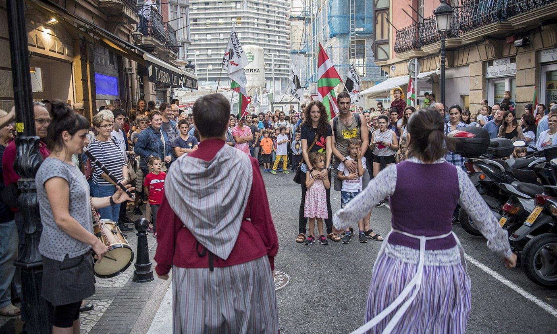 2017an Nahikari Otaegiri egindako harrera, Donostian. Segiko kide izateaz akusatuta bete zuen kartzela zigorra. ©FOKU