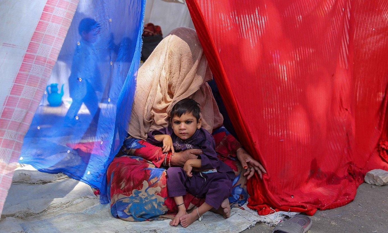 Emakumezko bat eta haur bat Kabulen, joan den irailean, errefuxiatuentzako kanpaleku batean. ©EFE