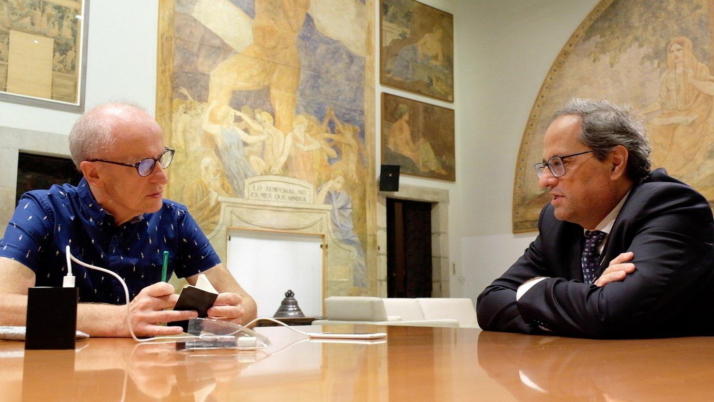 Martxelo Otamendi BERRIAko zuzendaria (ezkerrean) eta Quim Torra Kataluniako presidentea, igandean argitaratuko den elkarrizketa egiten. / ©Oriol Clavera