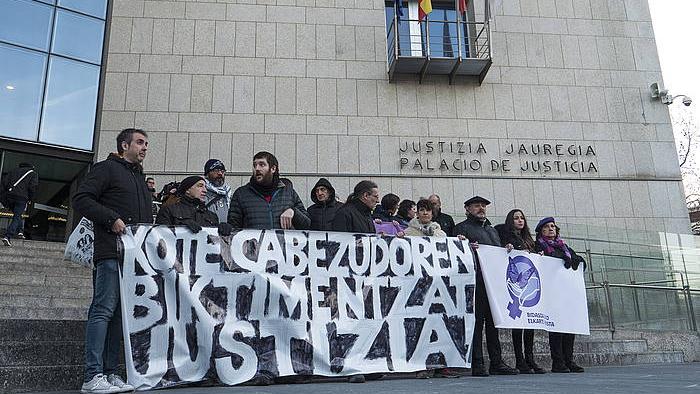 Cabezudoren biktimei elkartasun agertzeko elkarretaratzea, izako abenduan Donostian. / ©Jon Urbe, Foku