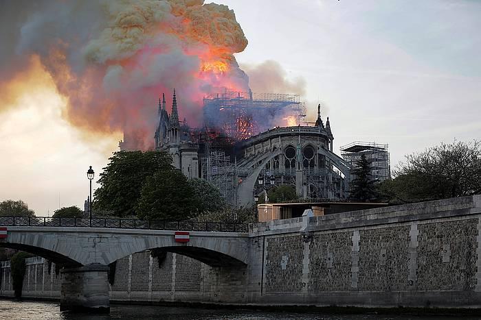 Parisko suhiltzaileak Notre Dameko sutea itzaltzeko lanetan.