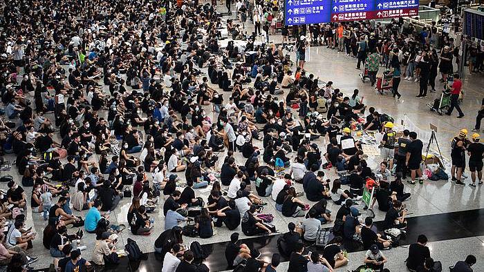Hong Kongeko aireportua itxiarazi dute milaka manifestarik