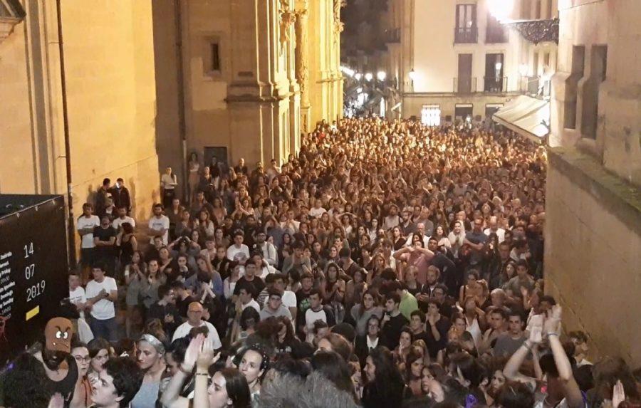 Eraso sexisten aurkako protesta jendetsua egin dute gauean Parte Zaharrean
