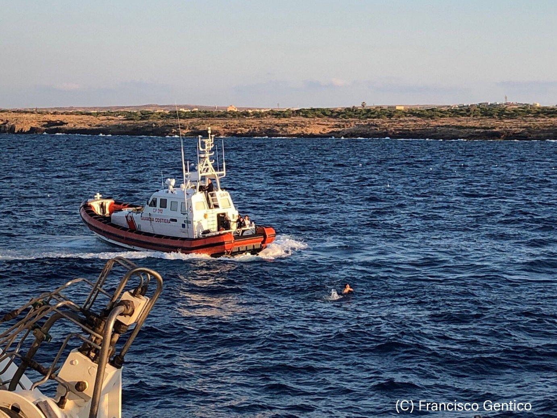 'Open Arms' ontziko migratzaileetako bat atzeman dute Italiako kostazainek Lampedusara igeriz iristen saiatu ostean