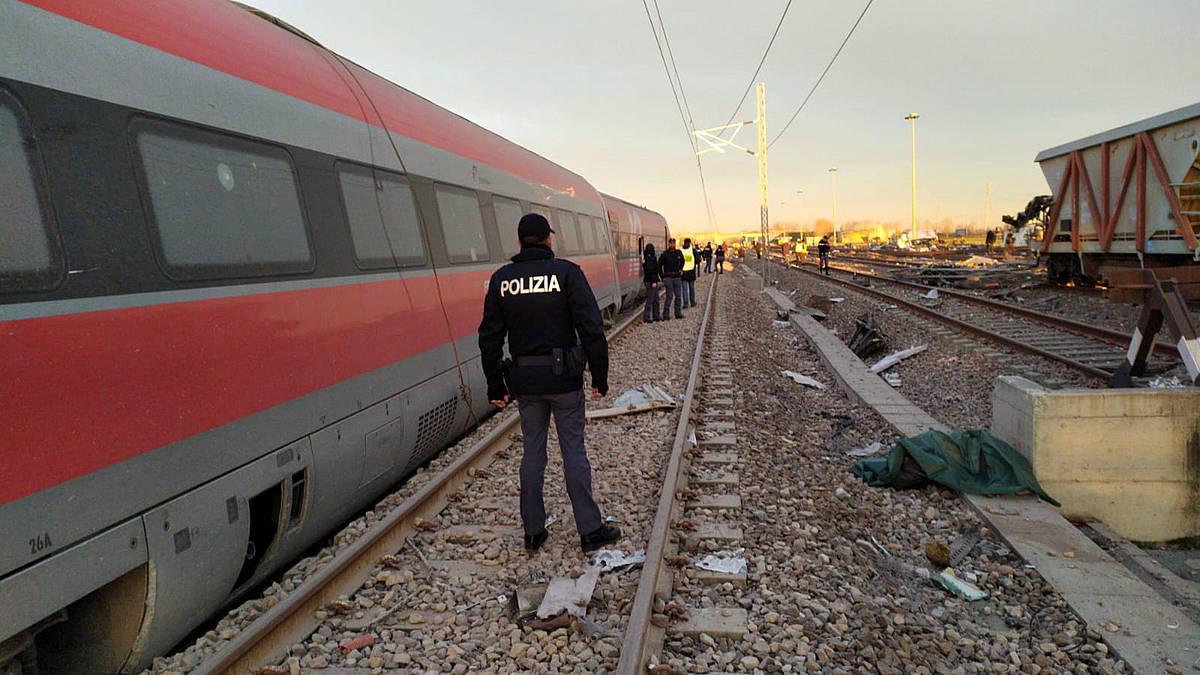 Bi pertsona hil dira Italian, abiadura handiko tren bat errailetik aterata