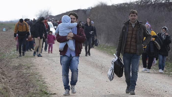 Turkiak Europarako mugak ireki dizkie errefuxiatuei