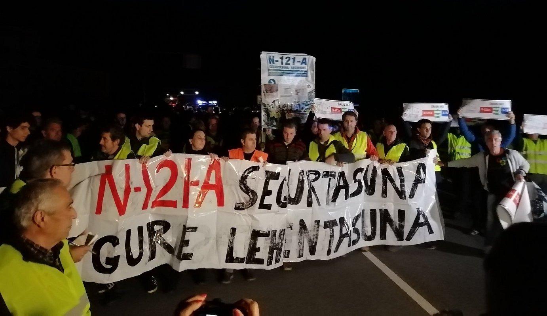 Manifestazio batek trafikoa eten du N-121-A errepidean