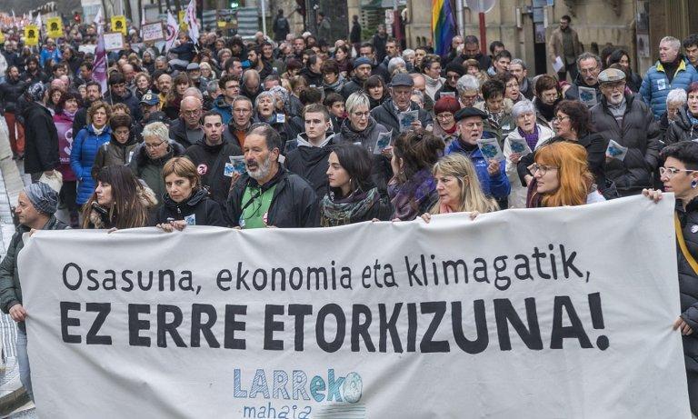 Zubietako erraustegiaren aurkako manifestazio jendetsua Donostian