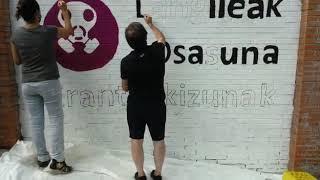 Langileak oroitu eta erantzukizunak eskatzeko mural bat egin dute Zaldibarren