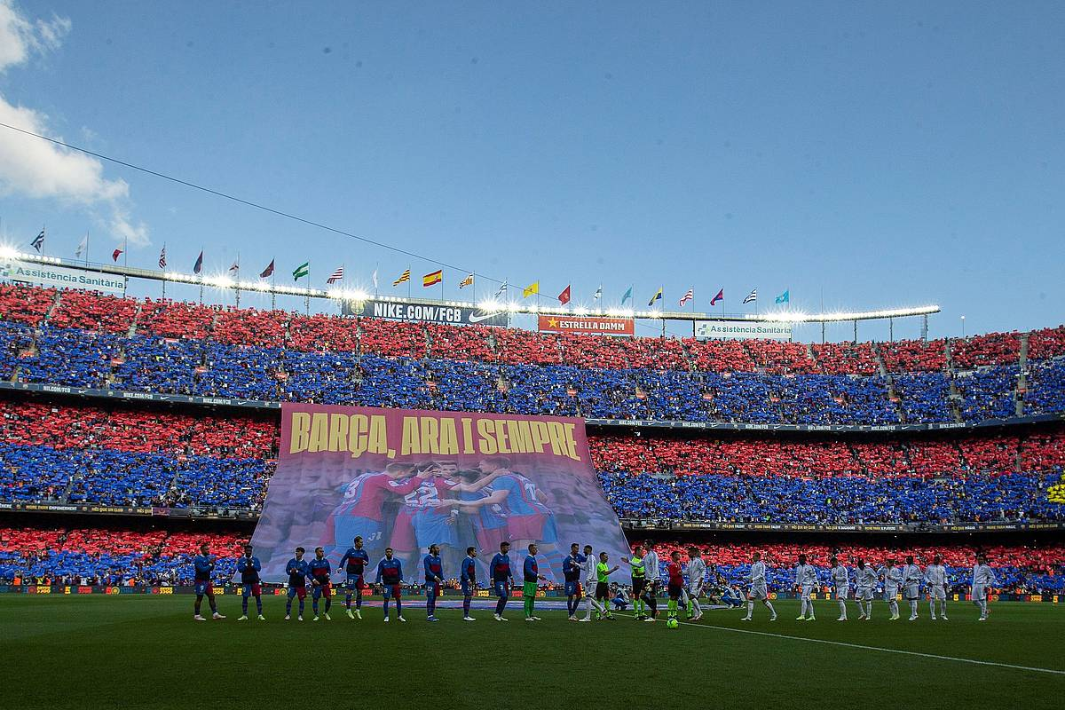 'Els Segadors' Camp Noun, Bartzelona - Real Madrilen aurretik
