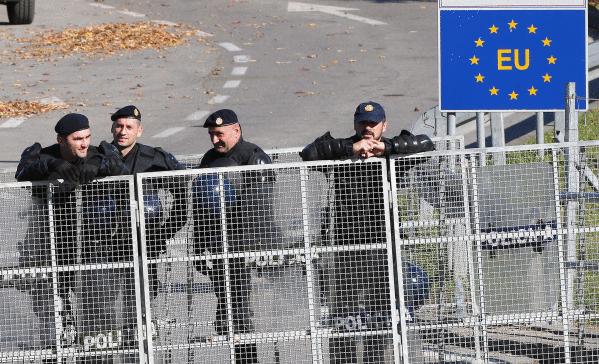 Bosniako poliziak muga zaintzen