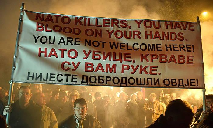 NATOren aurka Podgorica hiriburuan egindako protesta bat. Afixak dio NATO hiltzaileak, odola duzue eskuetan. Hemen ez zarete ongi etorriak. Boris Pejovic / EFE