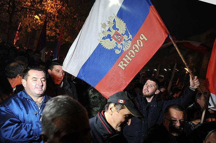 Errusiazaleak kalean, herrialde horretako bandera eskuetan dutela, artxiboko irudi batean. Boris Pejovic / EFE