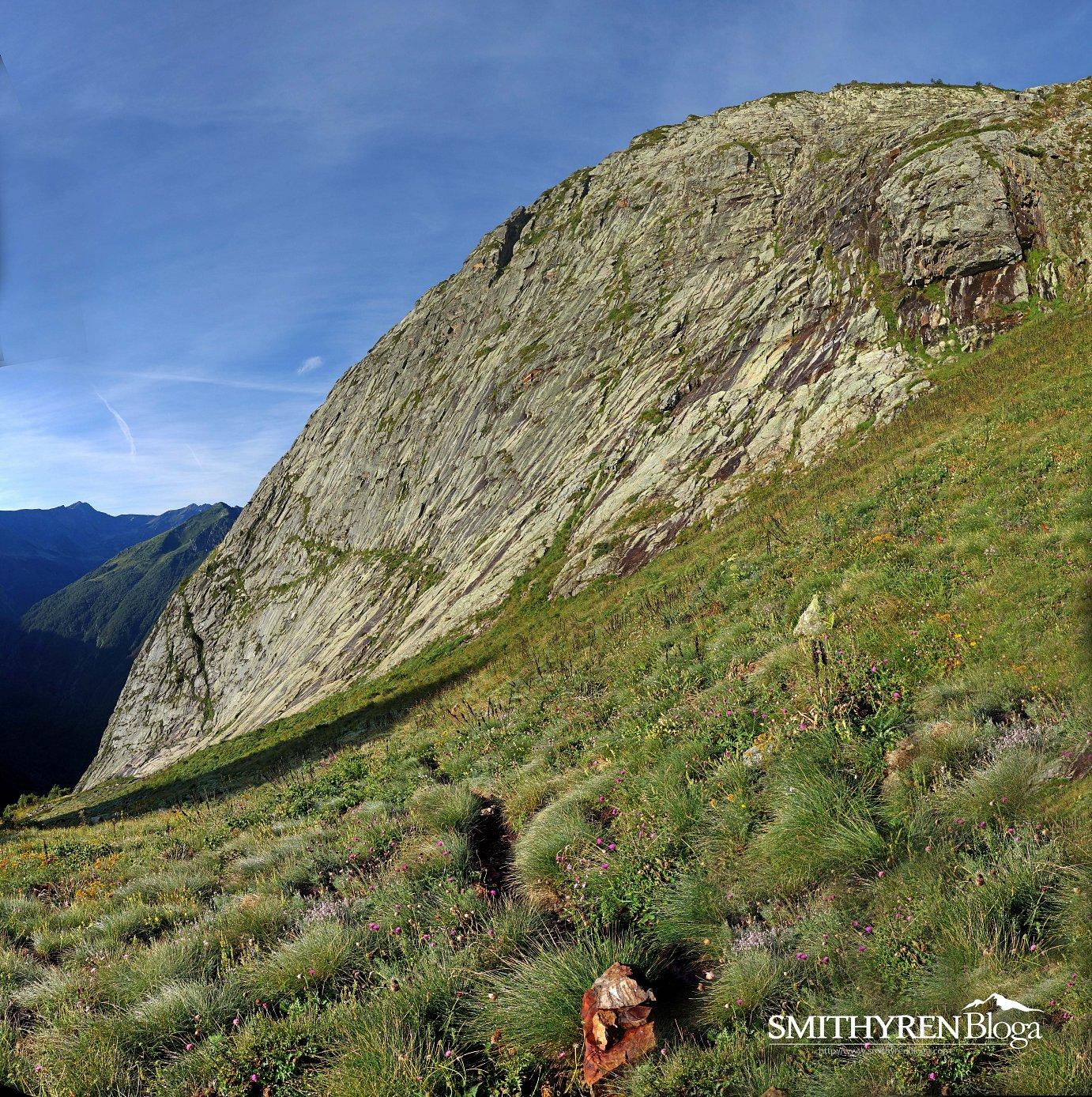 Dent D'Orluren ekialdeko horma ikusgarria, 400 metroetatik gorako eskalada bide ezberdinek zeharkatzen dutena.