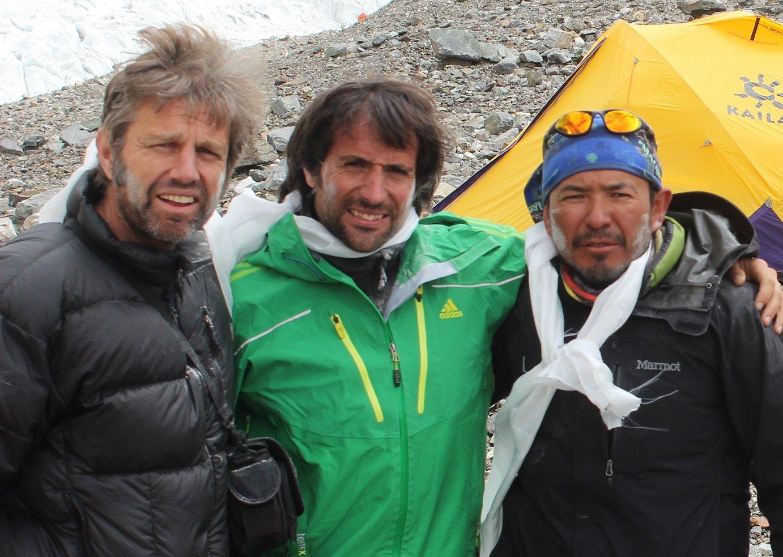 Felix Criado, Alex Txikon eta Benjamin Salazar K2ko kanpamentu nagusian.